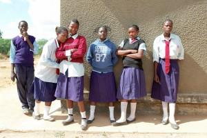 Gruppenbild vor Schule